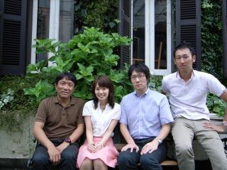 オルタナのオフィス前で(左から森さん、松田、片岡、宮下)
