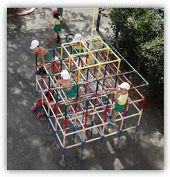 園庭で遊ぶ仔羊幼稚園の園児達